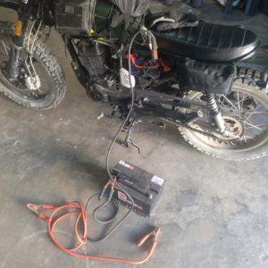 Intentando arrancar moto con batería
